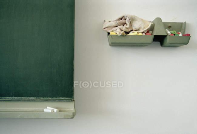 Обрезанное изображение доски и подноса из мела — стоковое фото