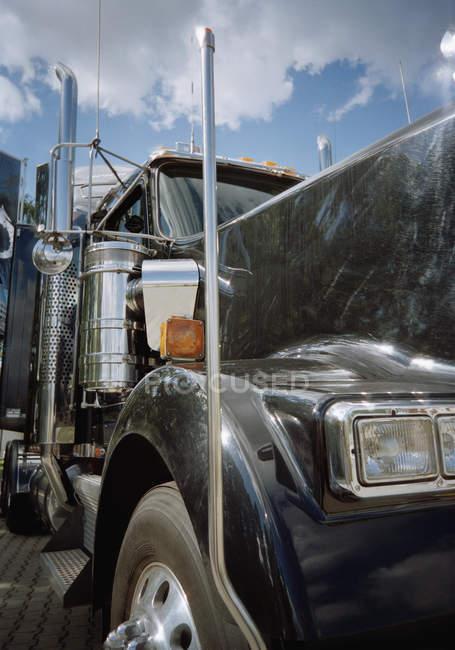 Close-up vista da cabine semi-caminhão preto — Fotografia de Stock