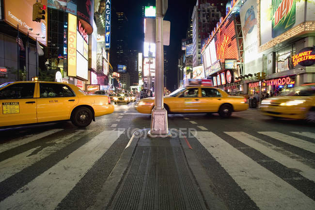 Taxis sur Times Square à Manhattan — Photo de stock