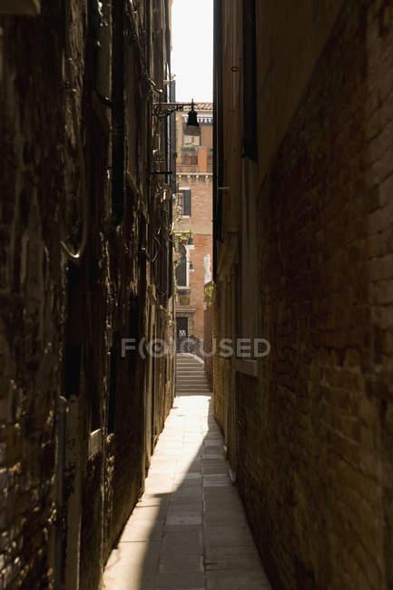 Schmale Gasse zwischen Gebäuden aus Stein — Stockfoto