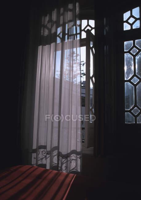 Cortina frente ventana balcón - foto de stock