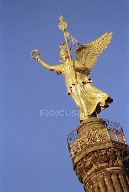 Golden statue on Victory Column over blue sky, Berlin — Stock Photo