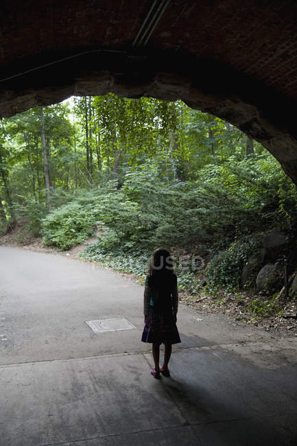 Silhouette of girl standing under archway — Stock Photo