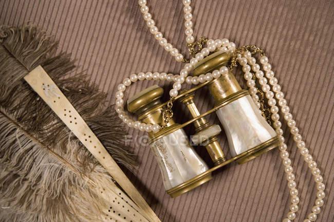 Perlen auf dem Fernglas per Federfächer — Stockfoto