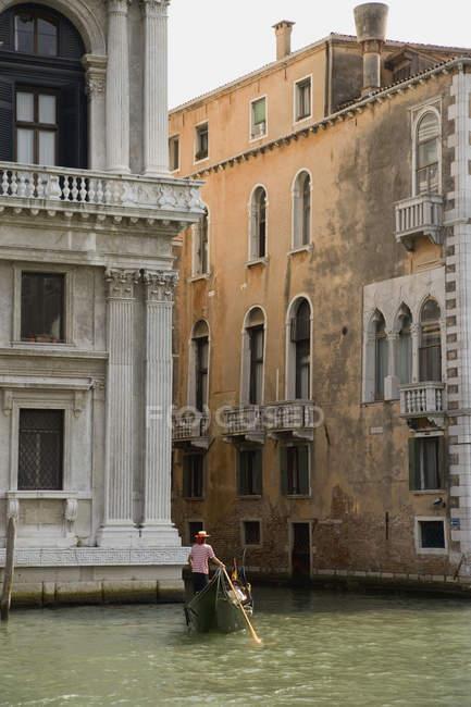 Gondole traditionnelle flottant le long des bâtiments de Venise — Photo de stock