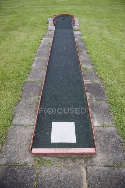 Vue grand angle du golf miniature sur le terrain de pelouse — Photo de stock