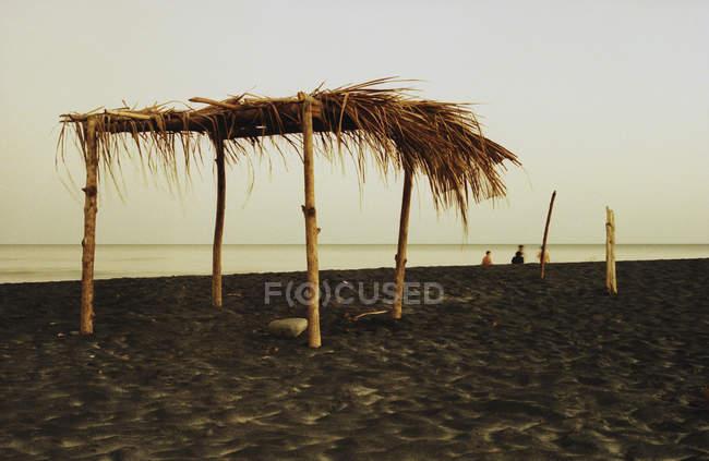 Abri Palapa sur une plage nuageuse — Photo de stock