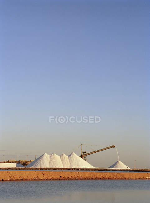 Vista distante de enormes pilhas de sal na minha — Fotografia de Stock