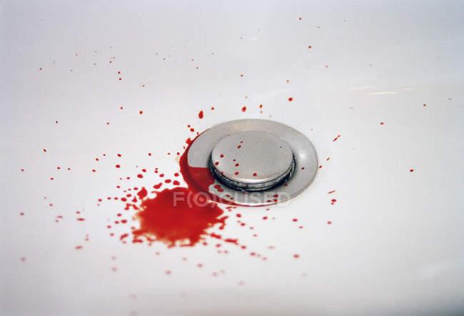 Крові падає в раковину ванної білий — стокове фото