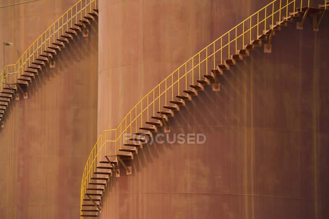 Vollbild einer Treppe, die sich um große Speichertanks schlängelt — Stockfoto