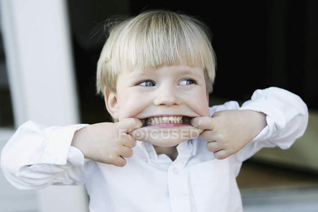 Joven chico haciendo una cara - foto de stock