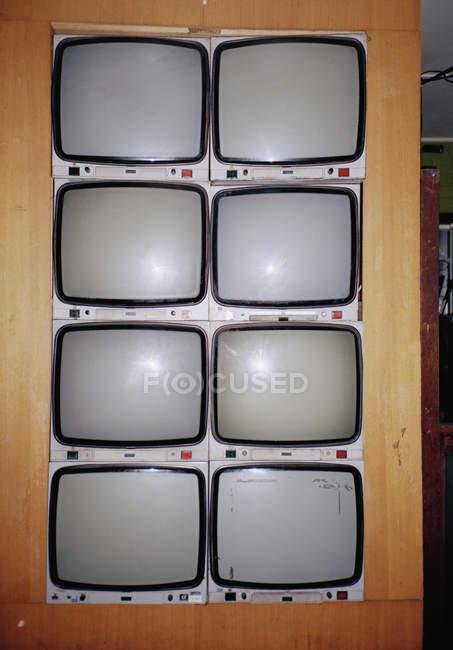Televisores antigos montados em parede — Fotografia de Stock