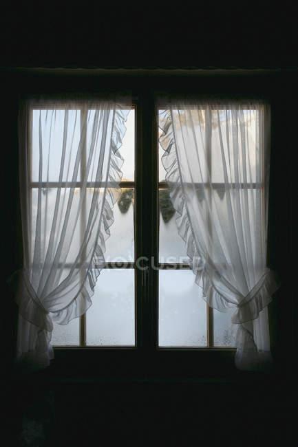 Nebel hinter ländlichem Fenster mit Vorhängen — Stockfoto