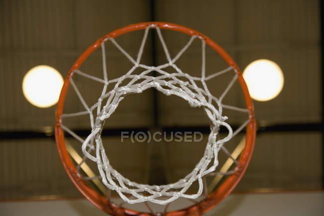 Нижний вид через баскетбольное кольцо — стоковое фото