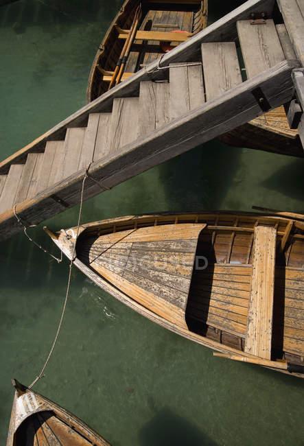 Erhöhte Ansicht von festgemachten Ruderbooten und Treppe — Stockfoto