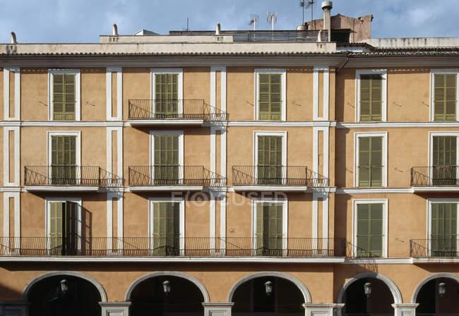 Vista exterior de fachada de edificio - foto de stock