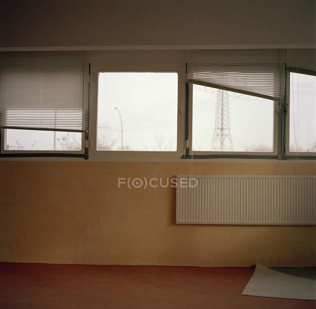 Внутренний вид пустой комнате с наклона жалюзи — стоковое фото