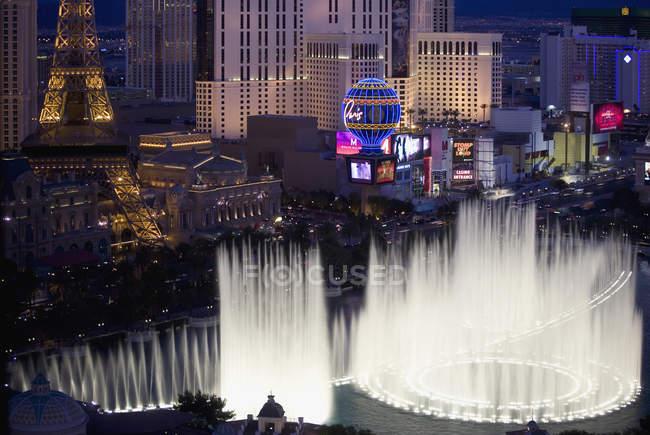 Пташиного польоту хлюпалися фонтани в Лас-Вегасі на ніч — стокове фото