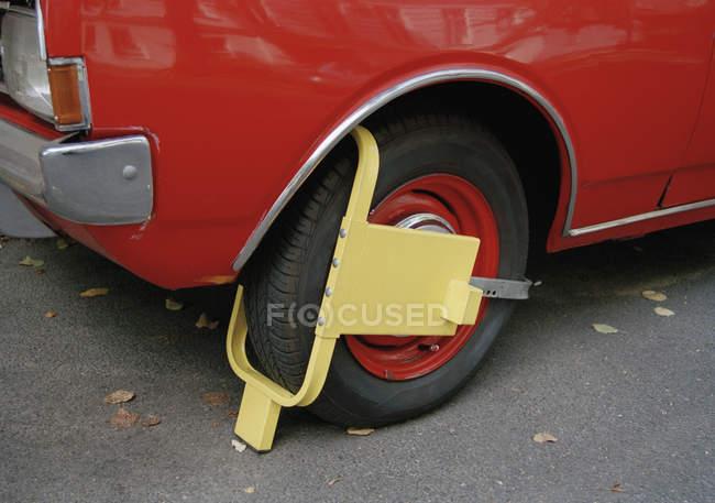 Колесо зажим на колесі автомобіля — стокове фото