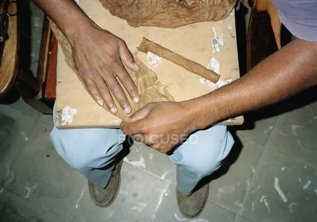 Ernte männliche Hände rollende Zigarren auf deck — Stockfoto