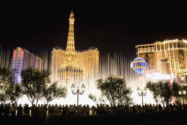 Вид на освітлену фасади і розбризкування фонтани в Лас-Вегасі на ніч — стокове фото