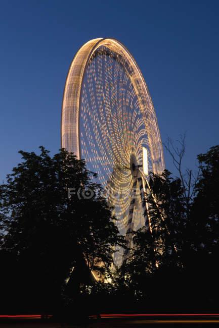 Tir longue exposition de la grande roue au crépuscule — Photo de stock