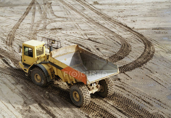 Caminhão de lixo vazio em chão lamacento — Fotografia de Stock
