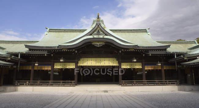 Extérieur du temple oriental le jour ensoleillé — Photo de stock