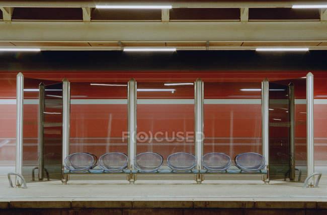 Άδειο σύγχρονο σιδηροδρομικό σταθμό πλατφόρμα — Photo de stock