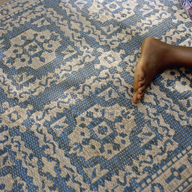 Pied de récolte sur des tapis à motifs orientaux — Photo de stock