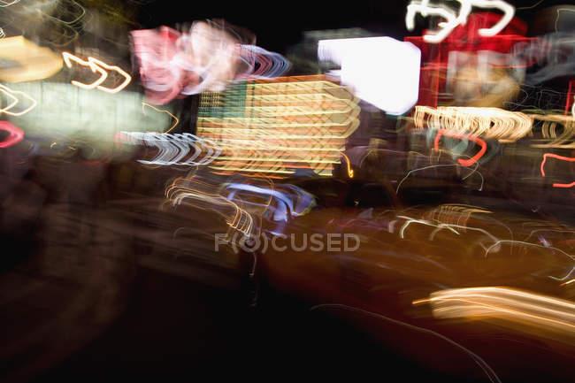 Размытые кадры неоновых огней в городе ночью — стоковое фото