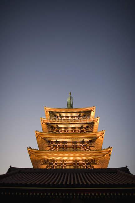 Фасад освітленій японської temple вночі — стокове фото