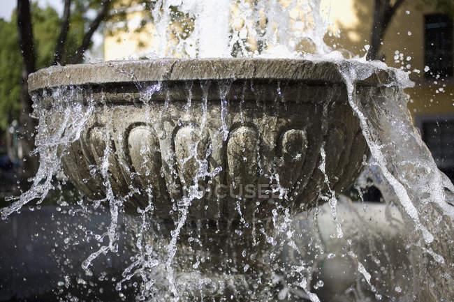 Eau éclaboussant du bassin de la fontaine — Photo de stock