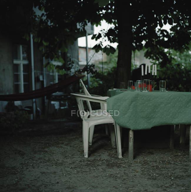 Stock Sedie In Plastica.Tavolo E Sedie Di Plastica Nel Giardino Di Casa Periodo Estivo