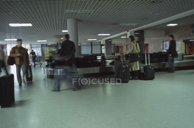 Люди в ожидании своей очереди в аэропорту — стоковое фото