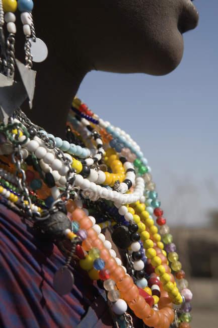 Coltiva donna africana etnica indossando perline tradizionali — Foto stock
