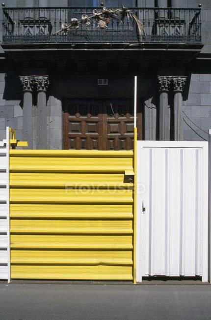 Красочный забор безопасности перед фасадом здания — стоковое фото