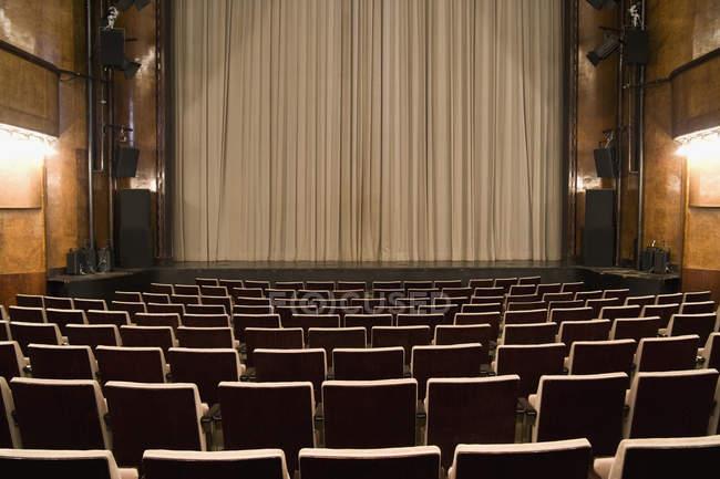 Вид на пустые места и театр — стоковое фото