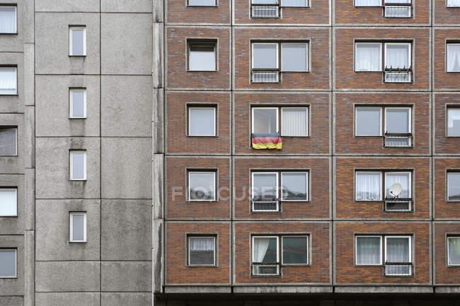 Bandiera tedesca che pende dalla finestra dell'appartamento — Foto stock