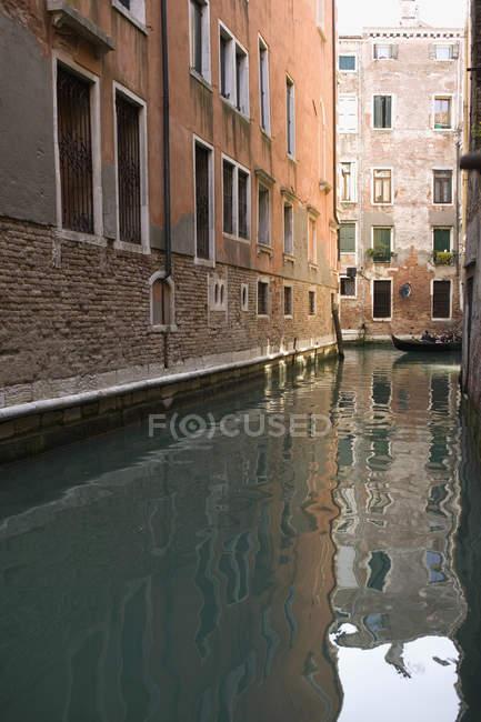 Просмотр канала между зданиями в Венеции — стоковое фото