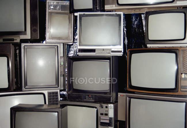 Vollbild-Aufnahme gestapelter Vintage-Fernseher — Stockfoto