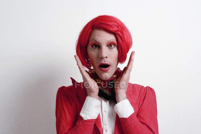 Ritratto di stupito Drag regina su sfondo bianco — Foto stock