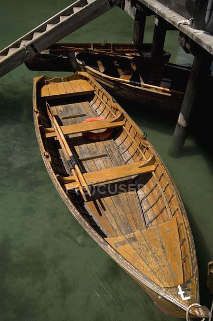 Erhöhte Ansicht, Ruderboote, die über eine Treppe im seichten Wasser vertäut — Stockfoto