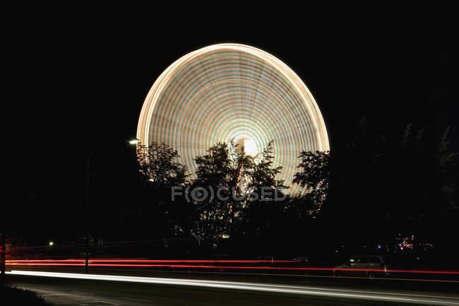 Exposition longue balle grande roue pendant la nuit — Photo de stock