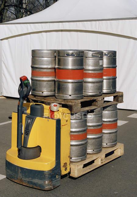 Fûts de bière empilés sur des caisses au chariot élévateur — Photo de stock