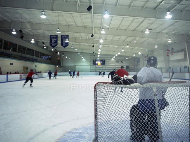 Eishockey-Team-Training im indoor stadium — Stockfoto