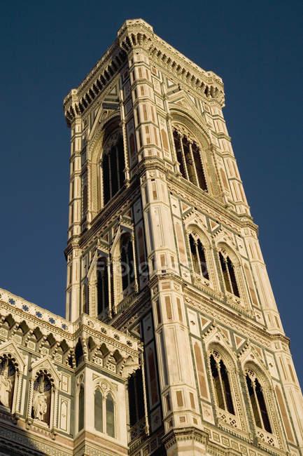 Vista dal basso della torre campanile sopra il cielo chiaro — Foto stock