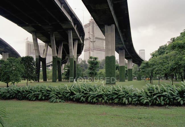Підвищені доріг з висотних будівель в відстань, — стокове фото