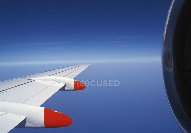 Crop airplane engine wing over blue sky — Stock Photo