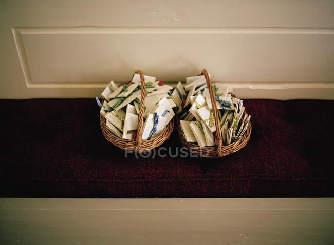 Dos cestas llenas de folletos de papel - foto de stock